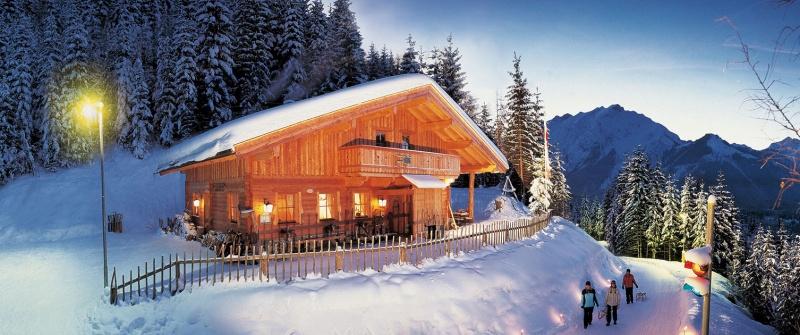 Rodlhütte über Pertisau am Achensee an einem Winterabend