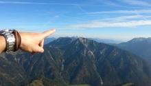 Der Bergführer zeigt wo's langgeht